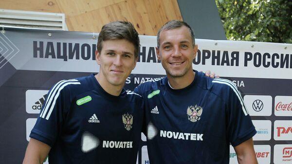Футболисты сборной России Артем Дзюба (справа) и Александр Соболев