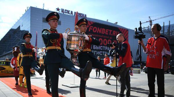 Военнослужащие несут Кубок Гагарина