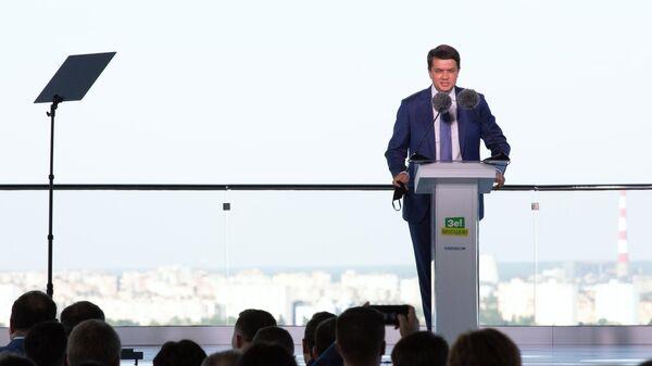 Председатель Верховной Рады Украины Дмитрий Разумков выступает на съезде партии Слуга народа в Киеве