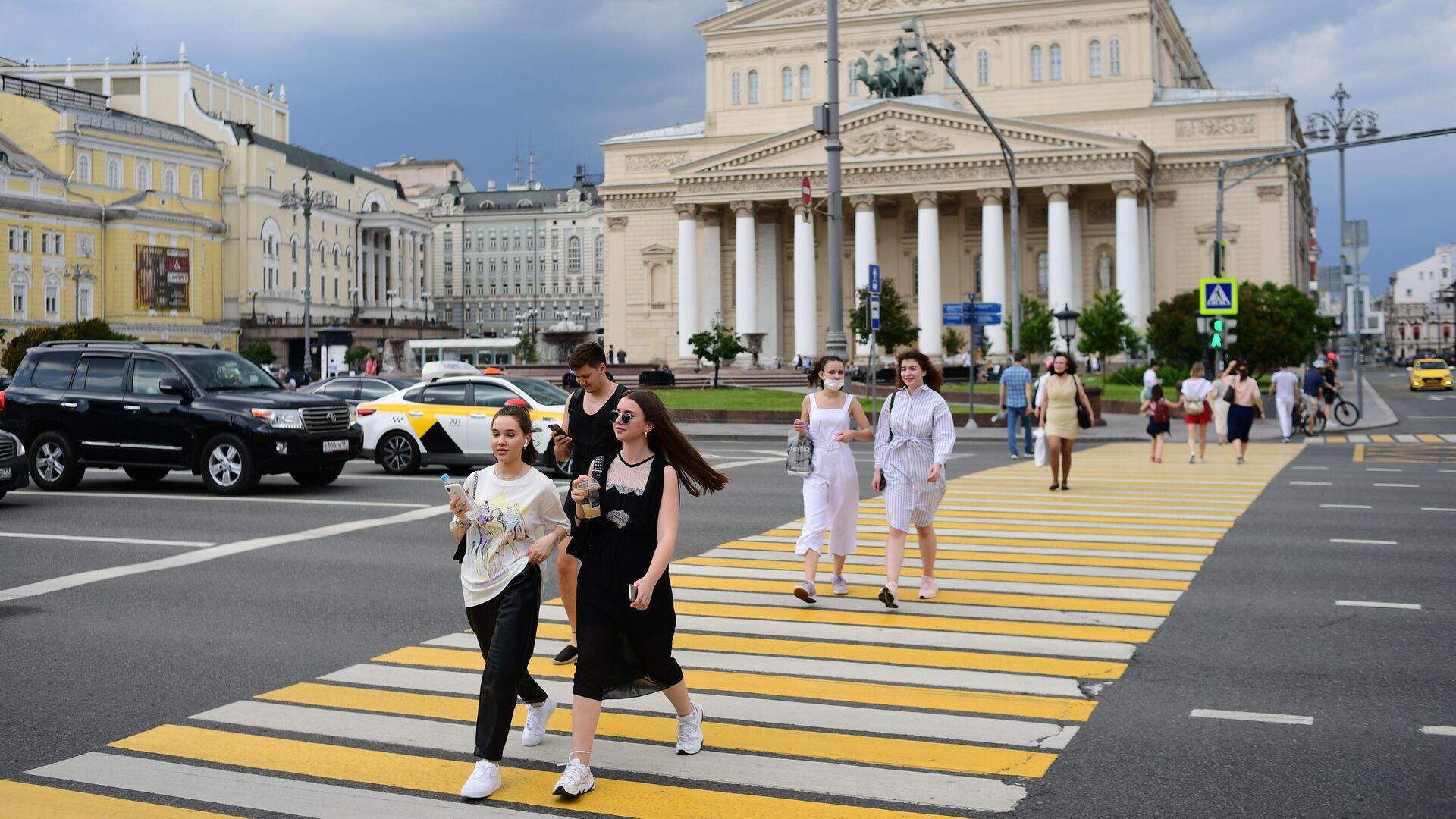 Девушки на пешеходном переходе на Театральной площади в Москве - РИА Новости, 1920, 02.09.2021