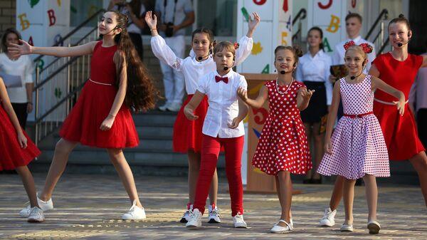 Выступление школьников на праздничной линейке в школе №71 в День знаний в Краснодаре