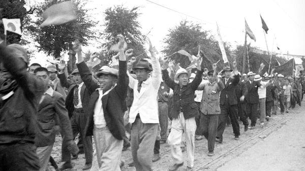Население Харбина приветствует советские войска 1-го и 2-го Дальневосточных фронтов