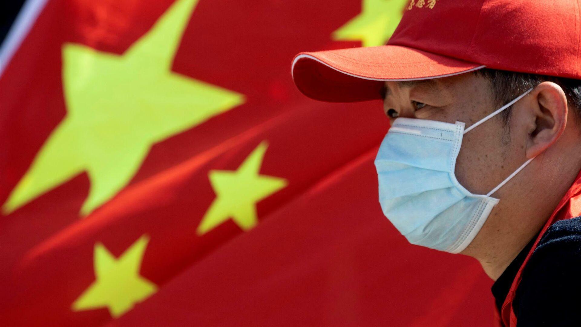 Мужчина на фоне флага Китая - РИА Новости, 1920, 27.11.2020