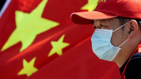 Мужчина на фоне флага Китая