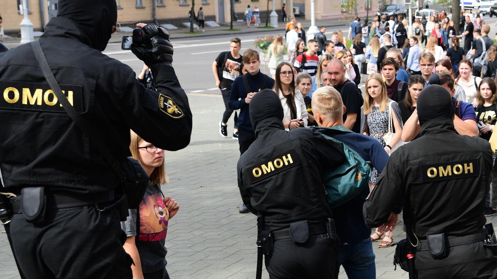 Сотрудники ОМОНа во время задержания участника акции в Минске  - РИА Новости, 1920, 03.09.2020