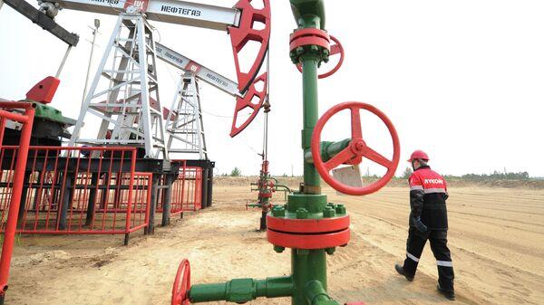 Сотрудники на нефтяном кусте в районе города Покачи