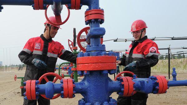 Сотрудники компании на нефтяном кусте в районе города Покачи