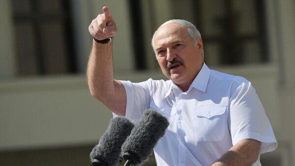 Президент Белоруссии Александр Лукашенко выступает на митинге, организованном в его поддержку