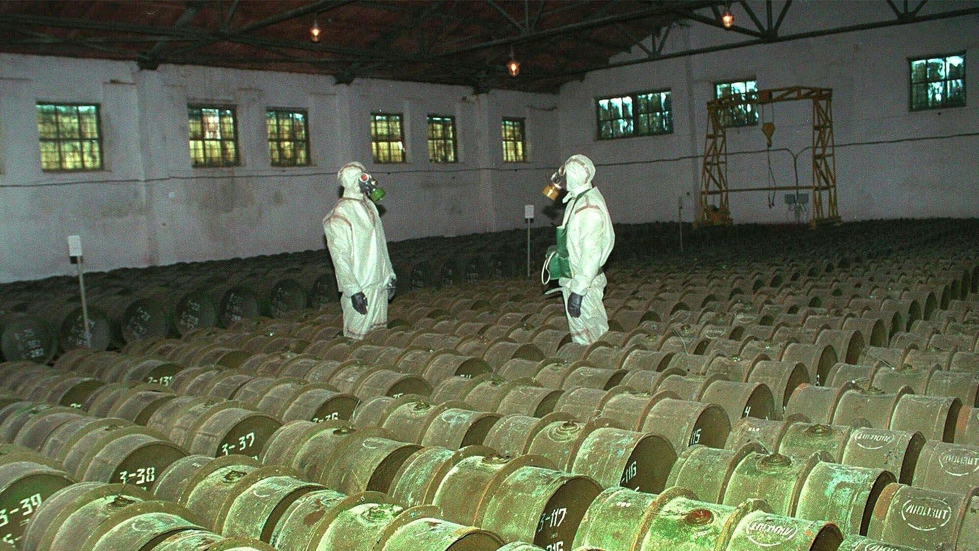 Военнослужащие во время проведения плановой проверки металлических контейнеров с отравляющими веществами на складе химического оружия - РИА Новости, 1920, 02.09.2020