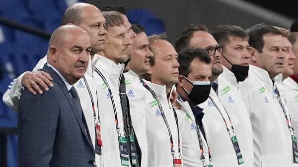 Тренерский штаб сборной России по футболу. Слева - Станислав Черчесов