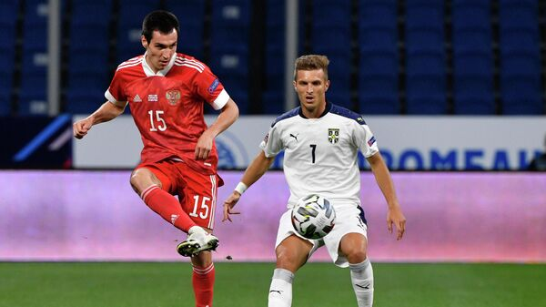 Защитник сборной России Вячеслав Караваев (слева) и полузащитник сборной Сербии Дарко Лазович