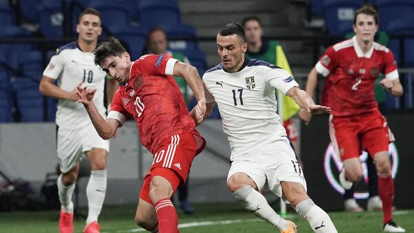 Полузащитник сборной России Зелимхан Бакаев (слева) и хавбек сборной Сербии Филип Костич