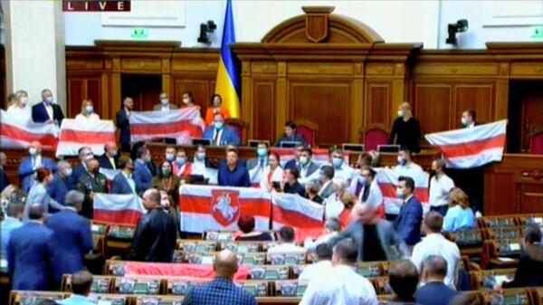 Депутаты Верховной рады Украины с флагами, используемыми белорусской оппозицией. Стоп-кадр видеотрансляции заседания