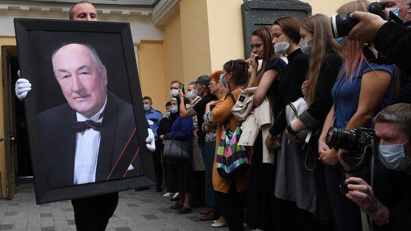 Портрет народного артиста России Бориса Клюева во время церемонии прощания, которая проходит в Малом театре в Москве