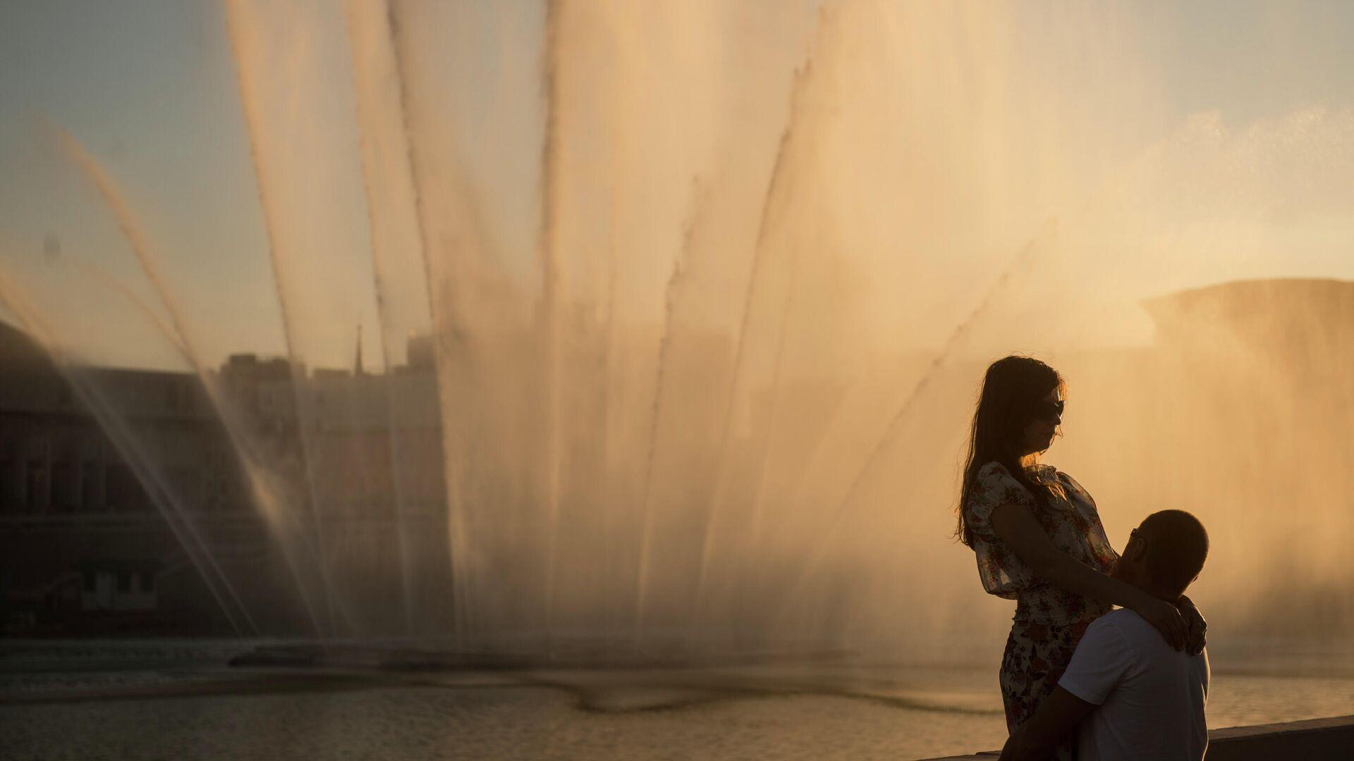 Влюбленные у фонтана на набережной озера Нижний Кабан в Казани. - РИА Новости, 1920, 17.05.2021