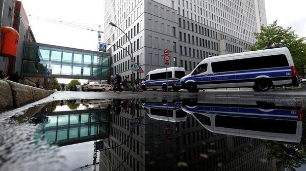 Автомобили полиции на территории больницы Charite в Берлине