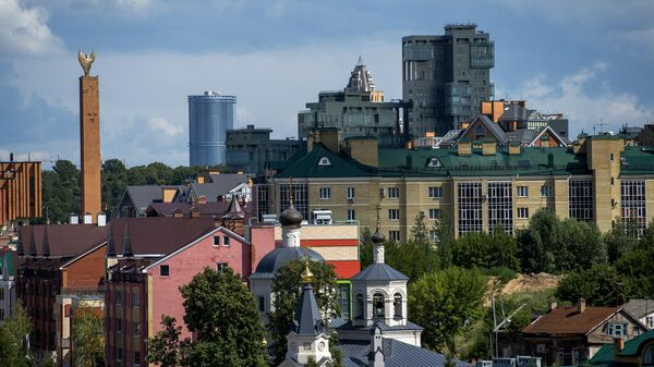 Город Казань. Слева - стела Хоррият, на первом плане внизу - церковь святой Евдокии