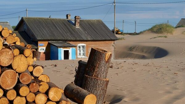 Песок от домов отгребают осенью бульдозером