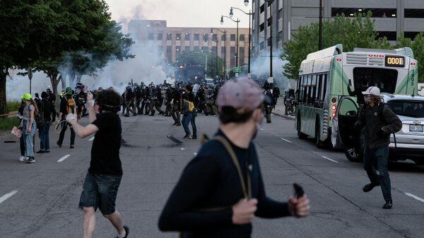 Полиция разгоняет демонстрацию с применением слезоточивого газа в Детройте, США