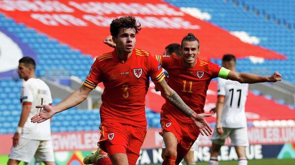 Футболисты сборной Уэльса Неко Уильямс (слева) и Гарет Бейл