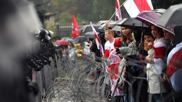 Участники несанкционированной акции оппозиции Марш единства и сотрудники милиции на одной из улиц в Минске