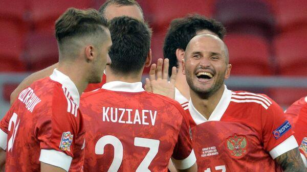 Футболисты сборной России радуются голу
