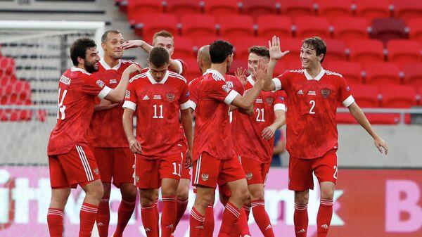 Футболисты сборной России радуются голу в ворота сборной Венгрии