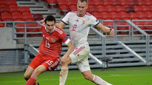 Защитник сборной России Вячеслав Караваев (слева) и защитник сборной Венгрии Адам Ланг
