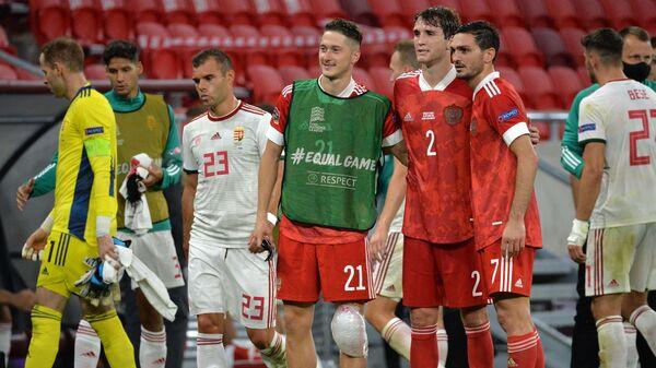 Футболисты сборной России Антон Миранчук, Марио Фернандес, Магомед Оздоев (в центре слева направо)