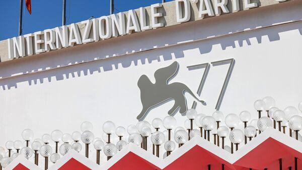 Эмблема 77-го Венецианского кинофестиваля на фасаде Дворца кино на острове Лидо в Венеции.
