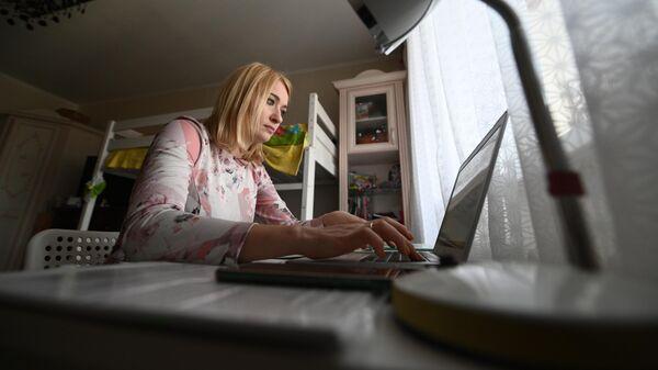 Женщина на удаленной работе у себя дома