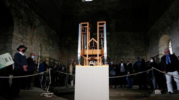 Люди во время прослушивания органного исполнения произведения Джона Кейджав As Slow As Possible в соборе в Хальберштадте в Германии