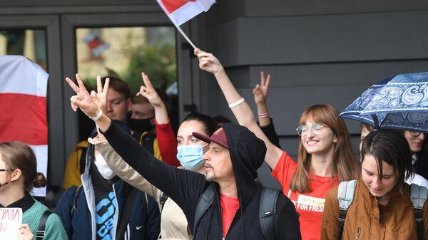 Участники акции протеста у здания Минского государственного лингвистического университета