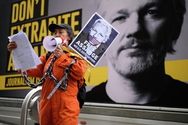 Сторонники Джулиана Ассанжа у здания центрального уголовного суда (Олд-Бейли) в Лондоне