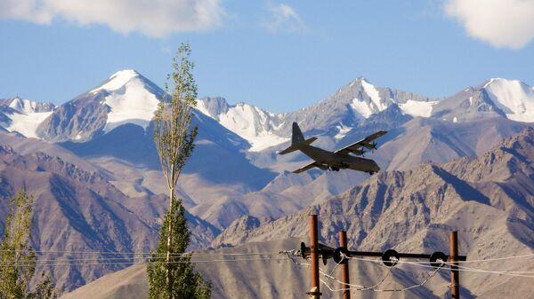 Военно-транспортный самолет ВВС Индии Hercules готовится к приземлению на авиабазе в Лехе, объединенной столице союзной территории Ладакх, граничащей с Китаем