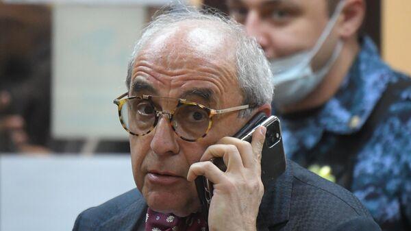 Адвокат семьи погибшего Сергея Захарова Александр Добровинский в здании Пресненского суда города Москвы