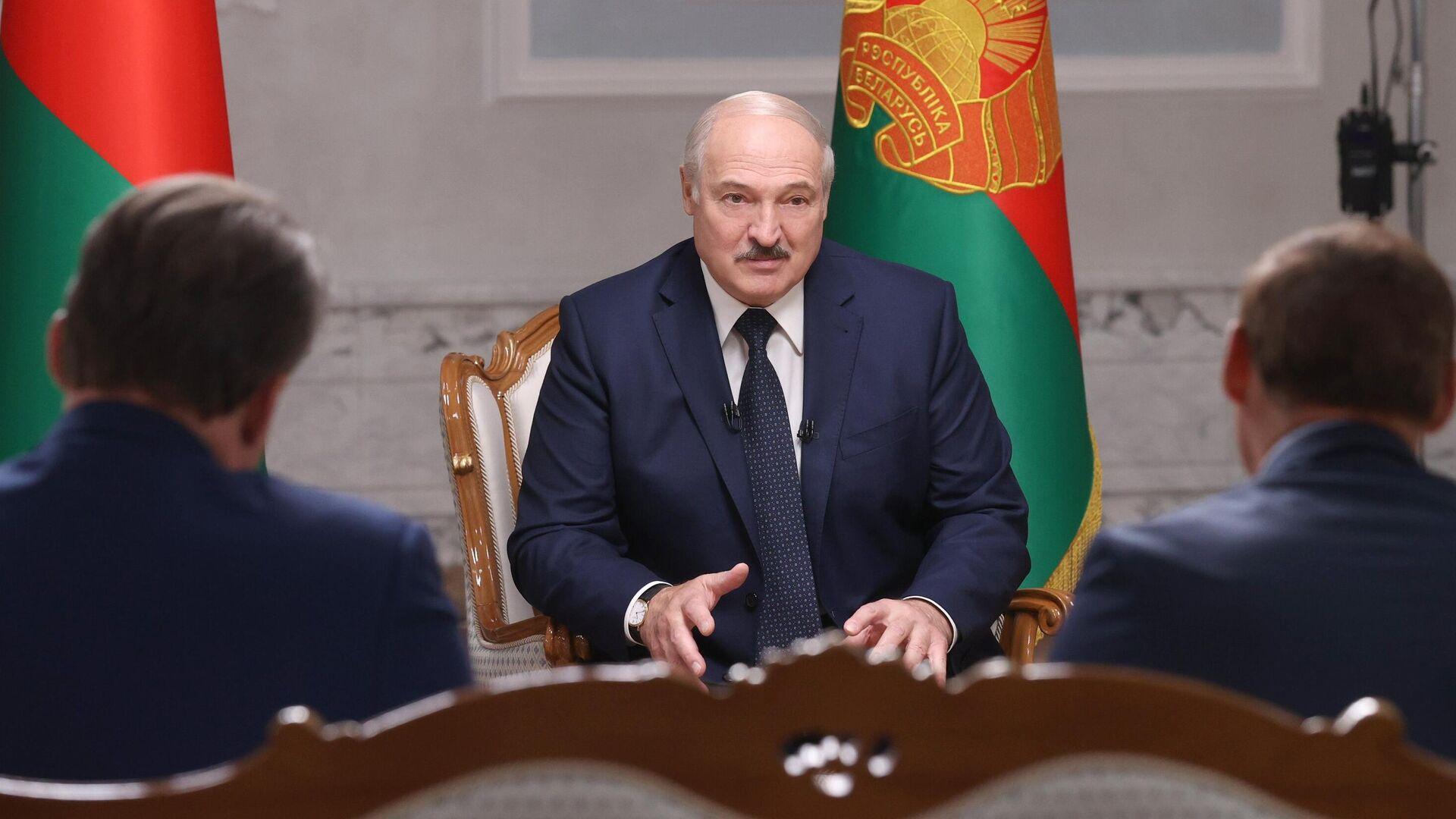 Президент Белоруссии Александр Лукашенко во время интервью российским журналистам во Дворце независимости в Минске - РИА Новости, 1920, 09.09.2020