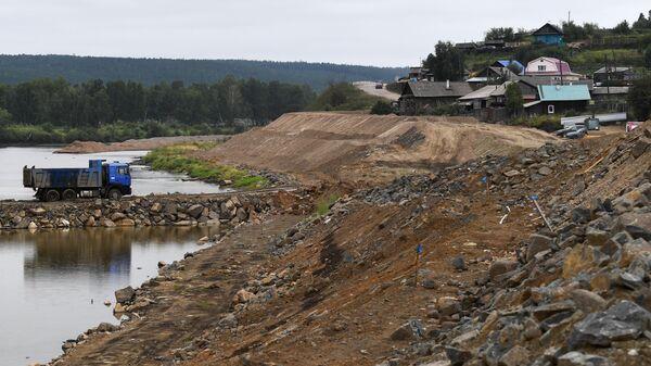 Строящаяся дамба вдоль реки Ия для защиты от наводнений города Тулун в Иркутской области.