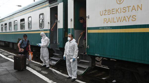 Посадка граждан Узбекистана на поезд