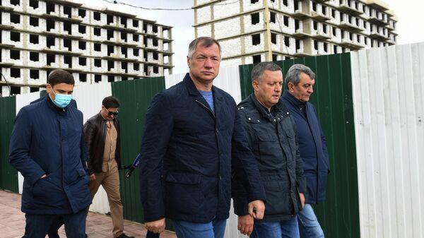 Сергей Меняйло, Игорь Кобзев и Марат Хуснуллин во время осмотра новых и строящихся домов  в городе Тулун