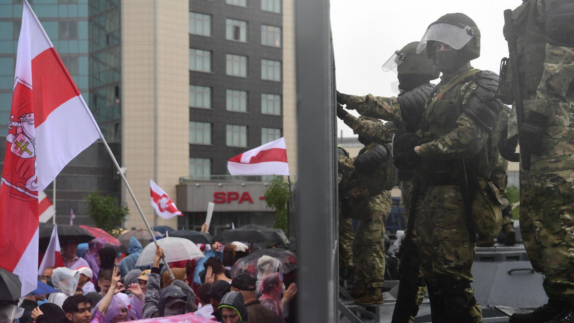 Сотрудники милиции и участники несанкционированной акции оппозиции Марш единства в Минске - РИА Новости, 1920, 16.09.2020