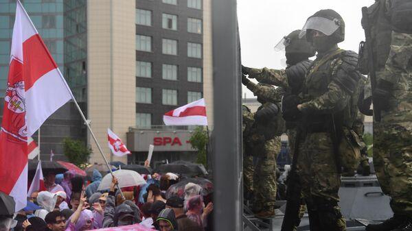 Сотрудники милиции и участники несанкционированной акции оппозиции Марш единства в Минске