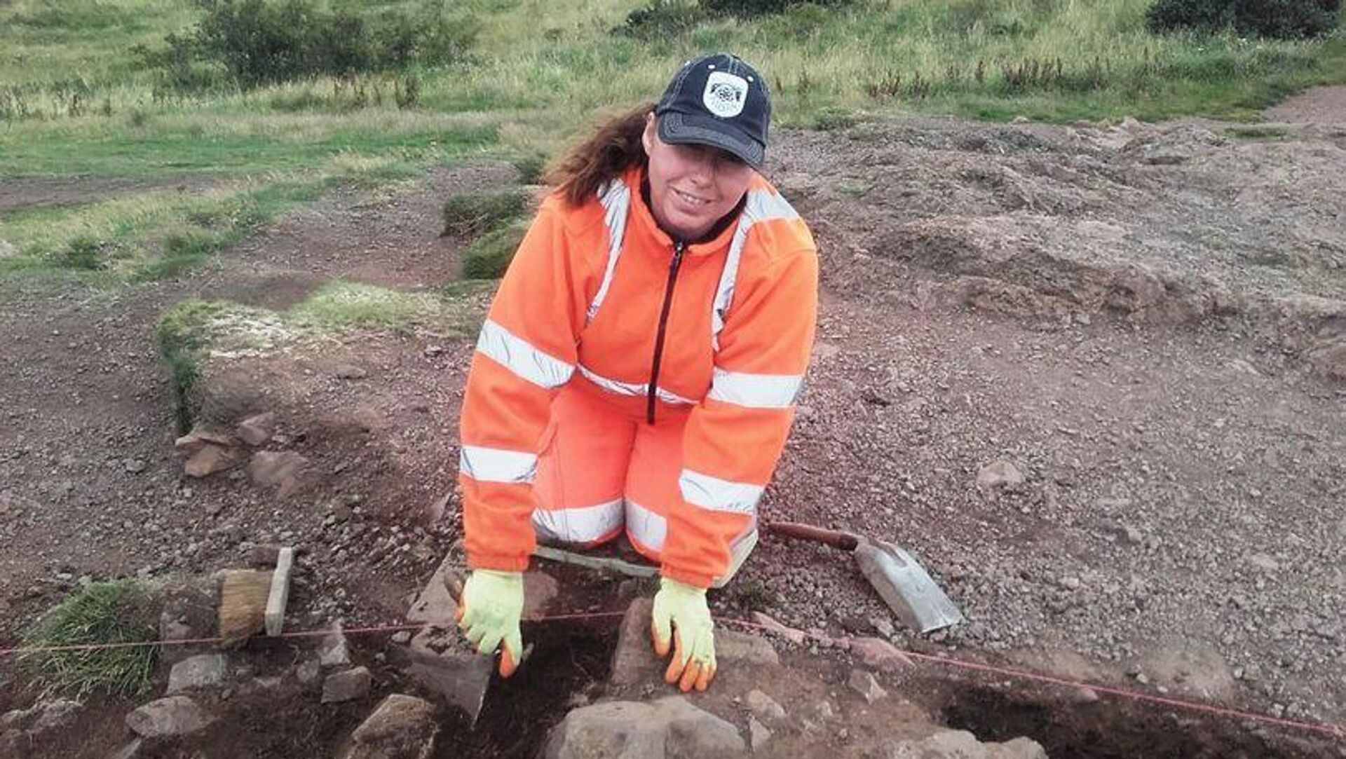 Археолог во время раскопок на горе Трон Артура в Шотландии - РИА Новости, 1920, 09.09.2020