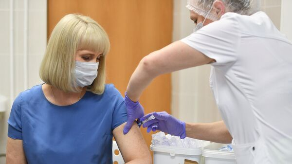 Вакцинация добровольца против COVID-19