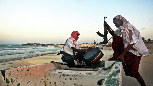 Вооруженные пираты на берегу моря