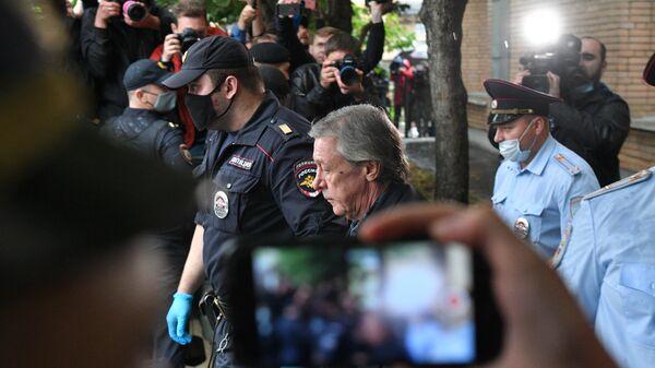 Актера Михаила Ефремова выводят из здания Пресненского суда города Москвы после оглашения приговора