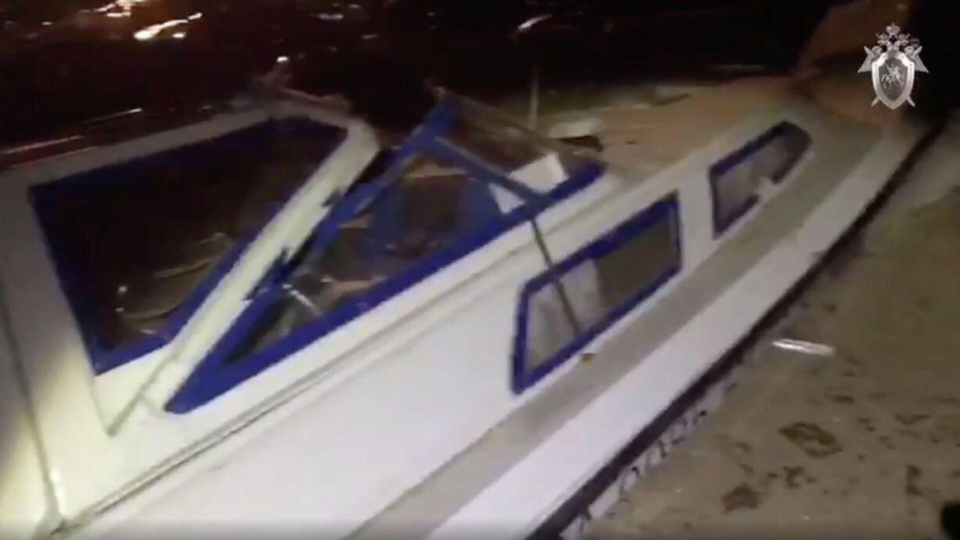 Поврежденный катер в результате столкновения с баржей на реке Черной в районе Сургута - РИА Новости, 1920, 09.09.2020