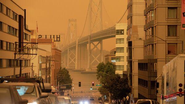 Мост Бэй-Бридж в дыму от калифорнийских лесных пожаров в Сан-Франциско, Калифорния, США