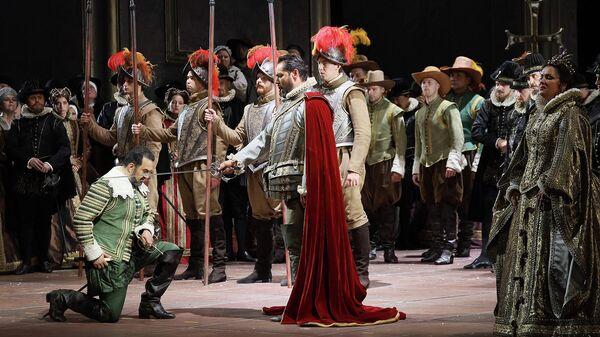 Эльчин Азизов, Ильдар Абдразаков и Анна Нетребко в сцене из оперы Джузеппе Верди Дон Карлос в Большом театре