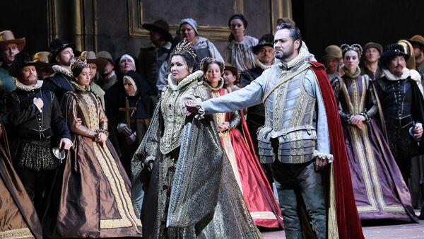 Анна Нетребко и Ильдар Абдразаков в сцене из оперы Джузеппе Верди Дон Карлос в Большом театре